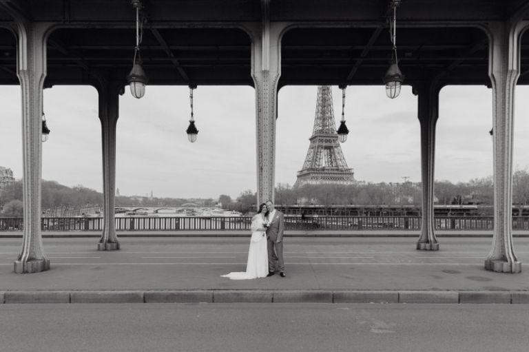 un couple charmant de mariés posent au pont bir hakeim