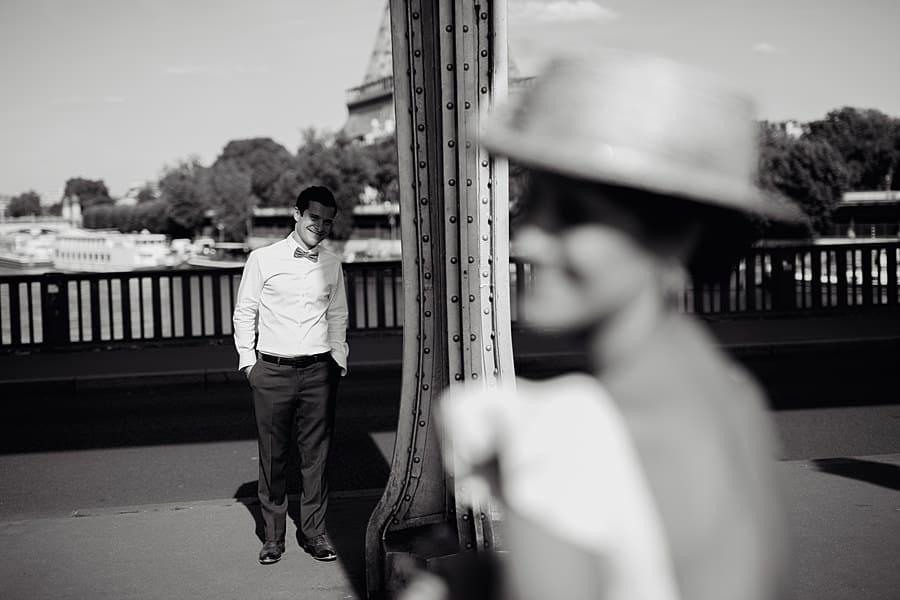 photo en noir et blanc des mariés
