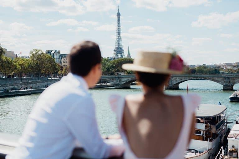 un couple qui admire la tour eiffel