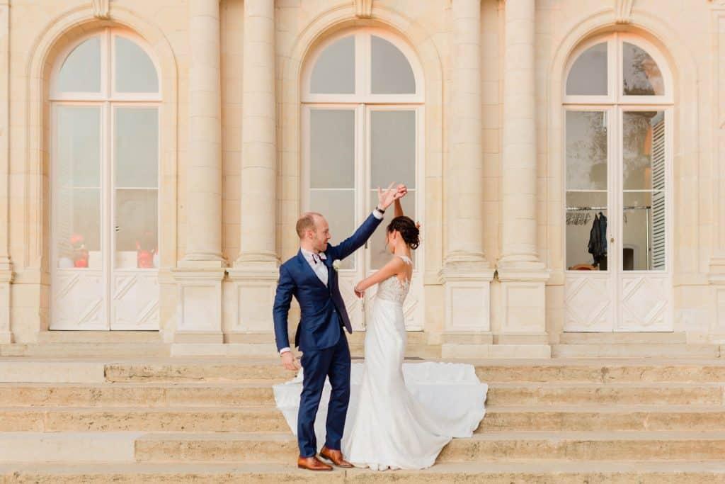 Les mariés effectuent une danse