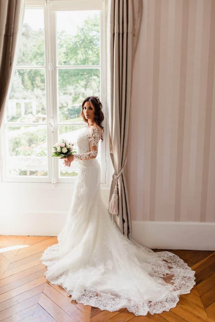 La mariée avec son bouquet de fleur