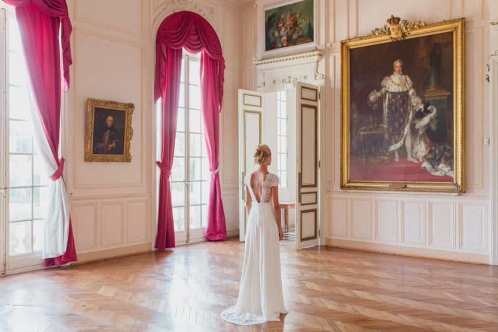 trés belle robe de mariée dans un château majestueyx