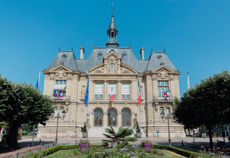 Une très belle mairie en haut de Seine