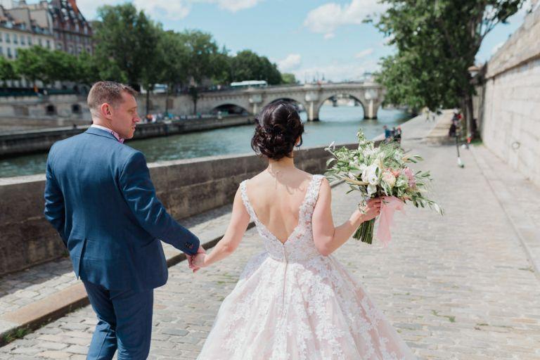 mariés en avant pour les quais de seine parisien