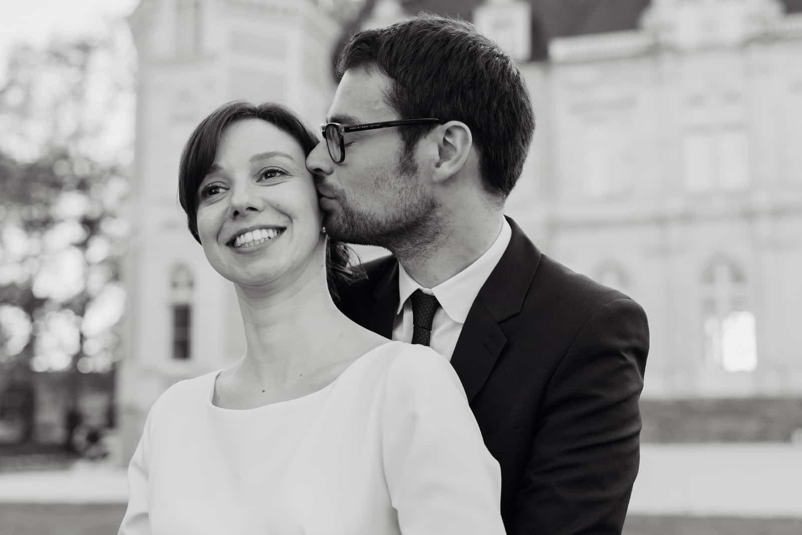 Le marié fait un bisous sur la joue