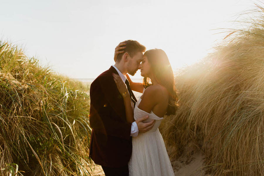 Séance couple en bord de plage pendant un mariage
