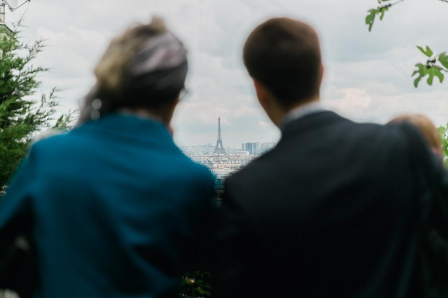 Les invités admirent la tour Eiffel
