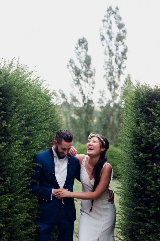Deux mariés en plein éclat de rire