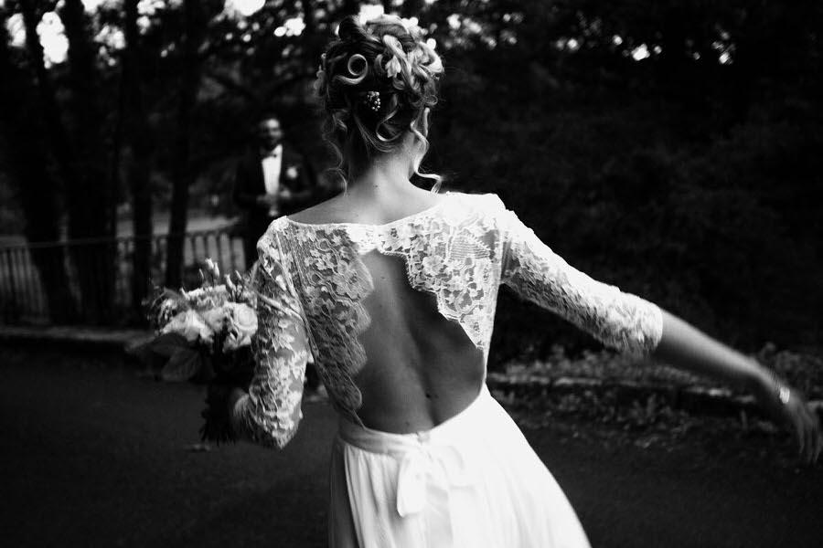 La mariée avance vers son mari
