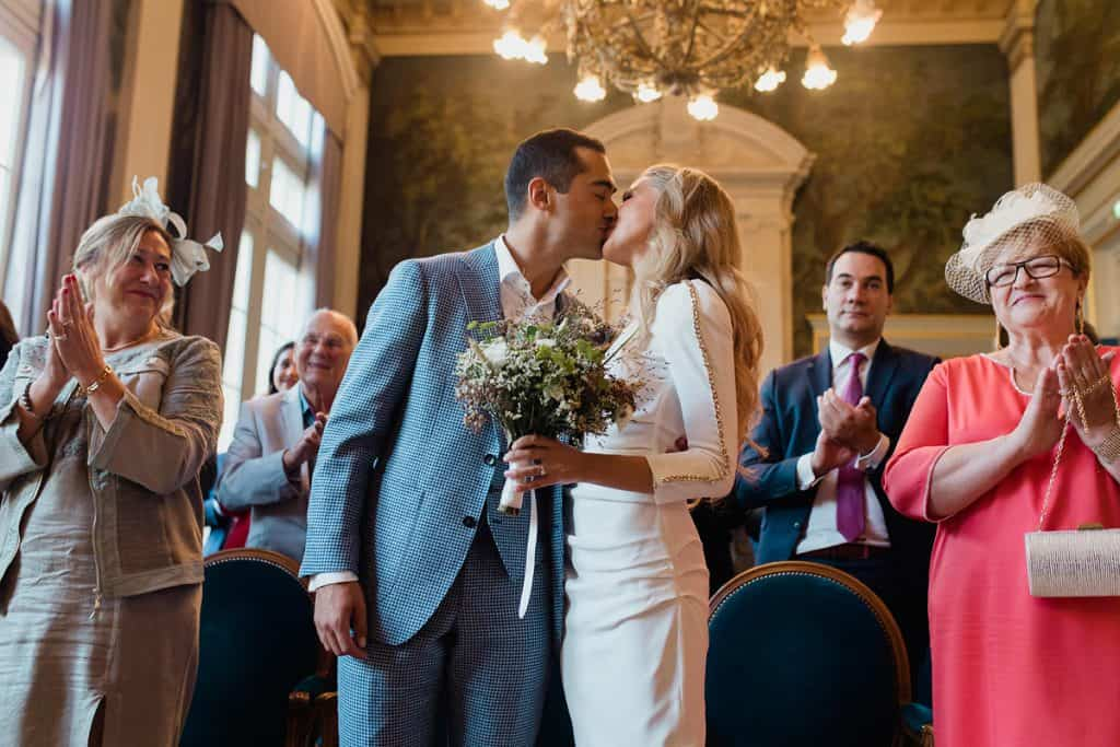 Le couple s'embrasse dans la mairie