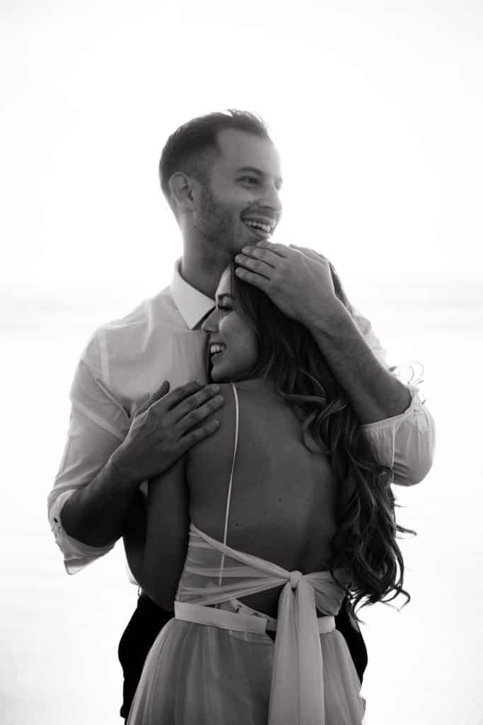 Le mari tient sa femme dans les bras