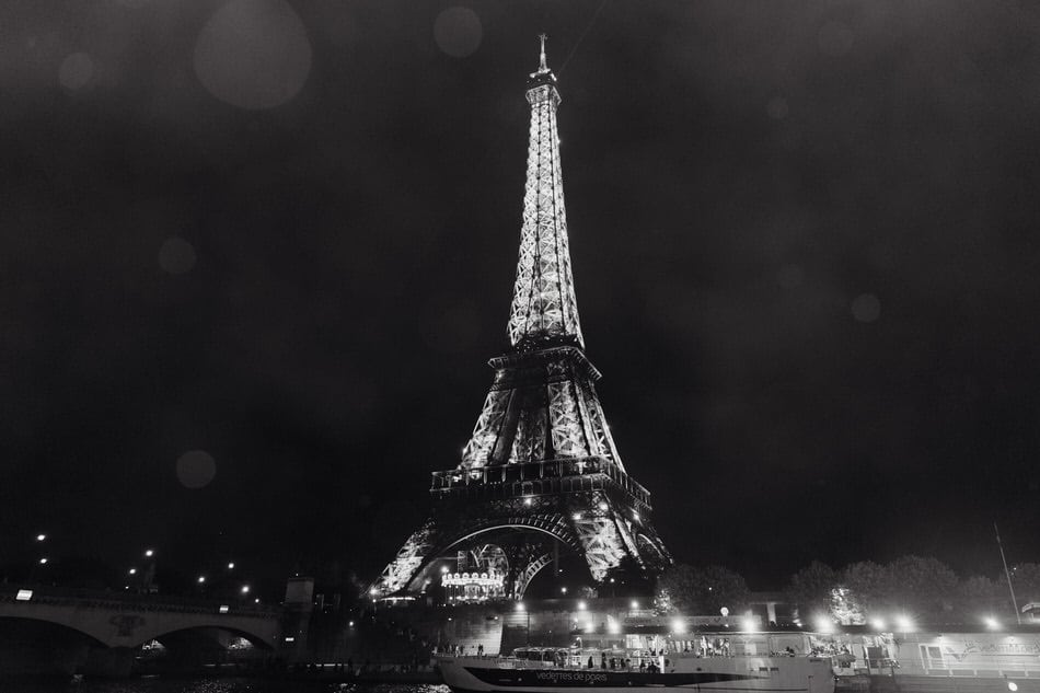 Superbe vue de la tour Eiffel depuis une péniche