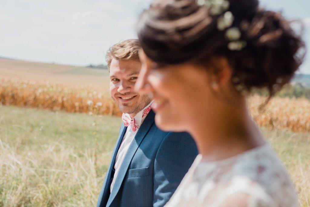 Séance couple pendant un mariage champêtre