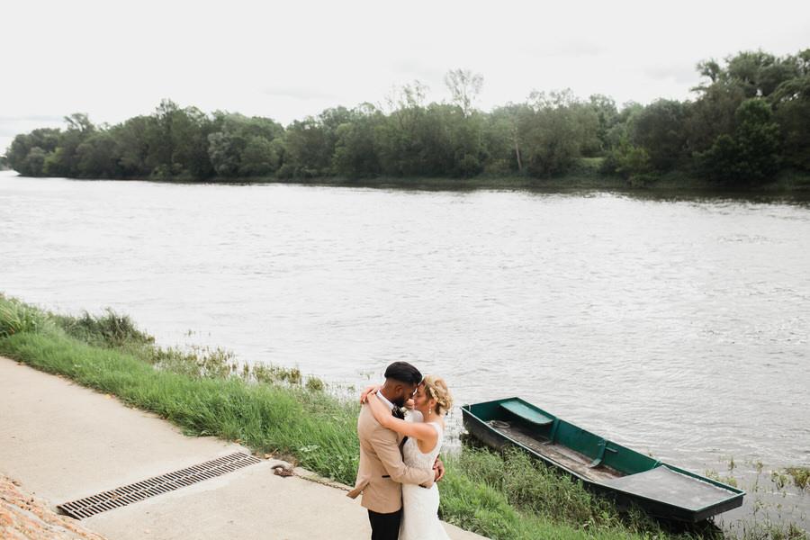 les mariés en bord de fleuve