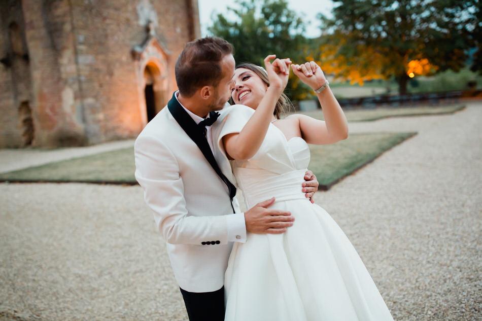 Les mariés dansent dans le jardin